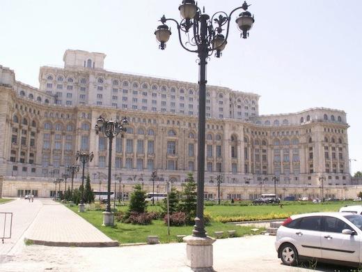 Het megalomane Parlementspaleis in hoofdstad Boekarest.