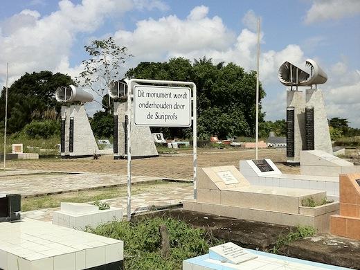 Het monument voor de verongelukte voetballers in Paramaribo.