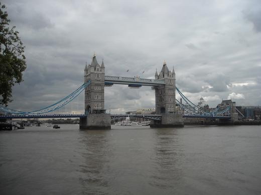 De Tower Bridge over de Thames in hoofdstad Londen.