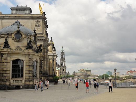 De promenade van Dresden langs de Elbe.