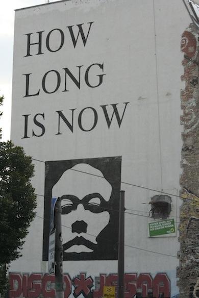 De tekst 'how long is now' staat geschreven op de zijkant van voormalig kunsthaus Tachelles. Vanwege de dreigende sluiting en de onzekere toekomst hebben kunstenaars de tekst op de zijkant van het gebouw geplaatst.