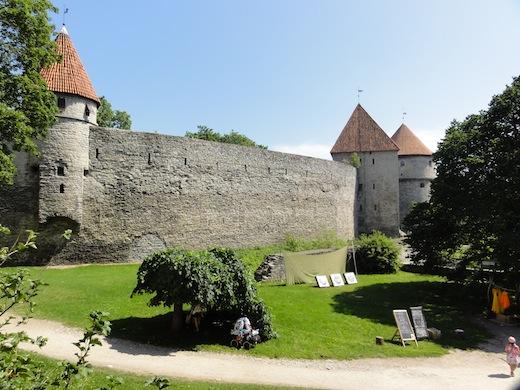 De stadsmuur met haar karakteristieke torens aan de voet van de Domberg.