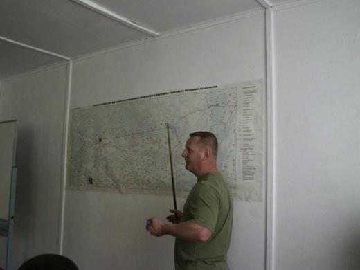 In een gebouw binnen de 10km-zone wordt het één en ander over de ramp verteld.