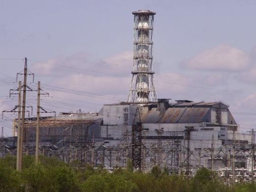 Inmiddels is de reactor voorzien van een dikke sarcofaag.