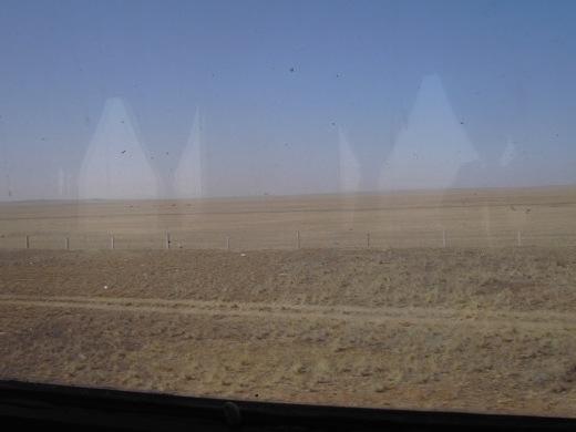 De trein rijdt dwars door de Gobiwoestijn.