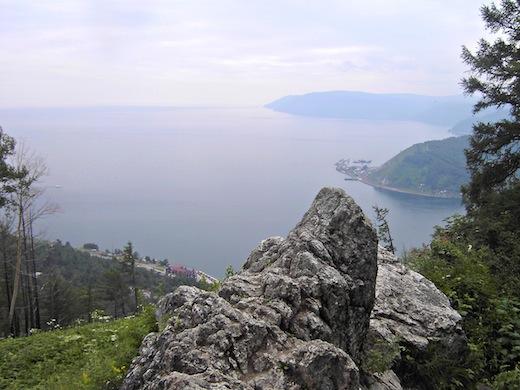 Vanuit Irkoetsk kan ook een uitstapje worden gemaakt naar het reusachtige Baikalmeer.