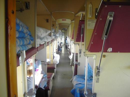 De treinreis wordt weer opgepakt, op weg naar Mongolië. Dit is een derde klas wagon. Duidelijk minder privacy.
