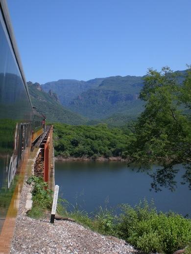 De trein passeert de ene na de andere brug: 37 in totaal.