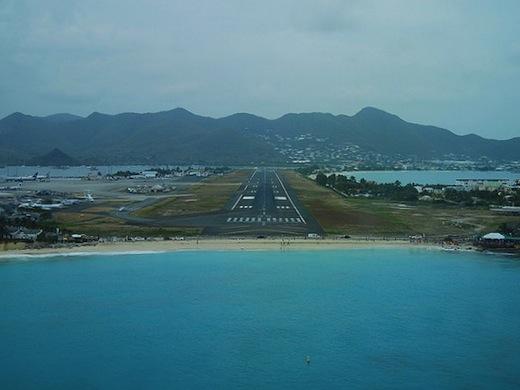 De landingsbaan en het strand vlak voor de landing. (Foto: Jeffrey Owen)