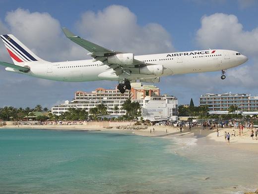 Een toestel vlak boven het strand (Foto: Aero Icarus).
