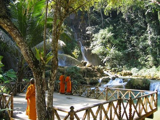 Monniken bij de Kuang Si waterval (Foto: David Kember)
