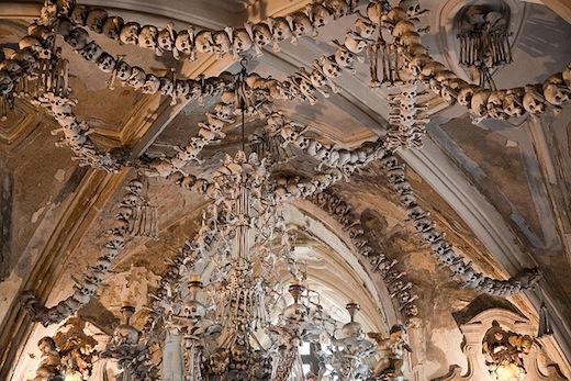 Maar binnen hangen duizenden skeletten aan het plafond.