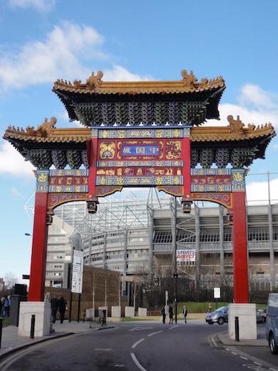 De poort van Chinatown en het stadion van Newcastle United.